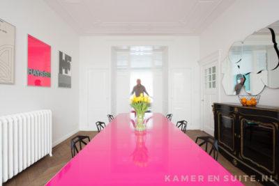 Designmeubels bij een klassieke kamer en suite
