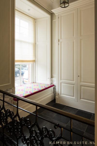 Garderobekast en vensterbank