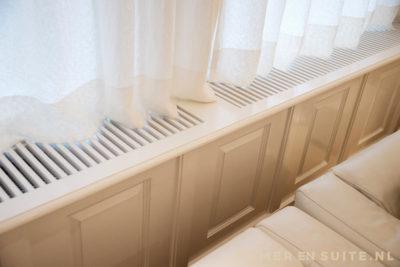 Geboste panelen op de radiatoromtimmering