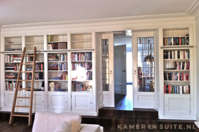 Kamer en suite met boekenkastenwand
