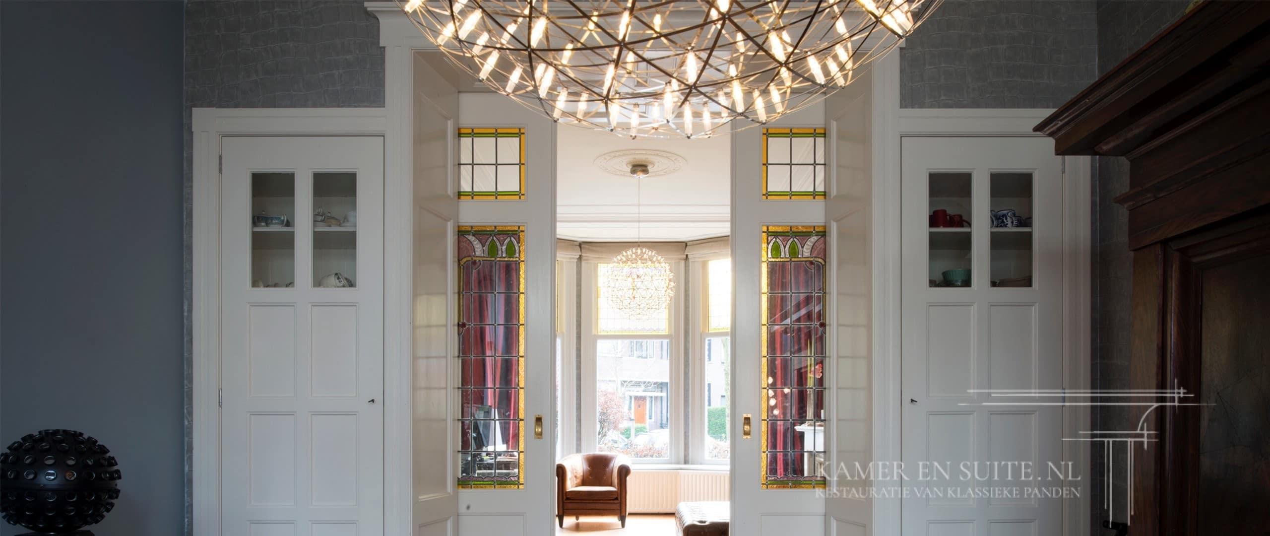 Kamer en suite kast met klassieke glas in lood details