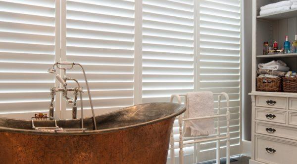 Jaren '30 stijl koperen bad op natuursteen
