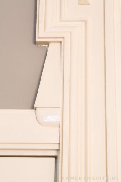 En suite - Kroonlijst met houtsnijwerk