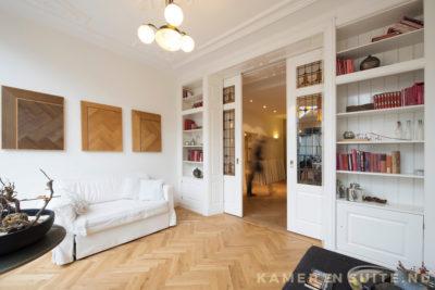 Plafondhoge kamer en suite