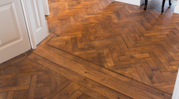 houten vloer in versaillepatroon van massief hout