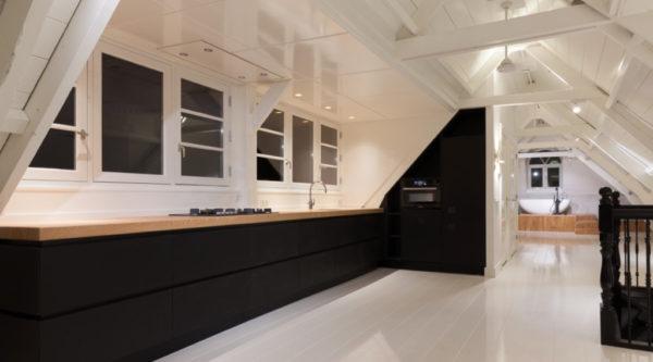 Moderne houten keuken van massief houten met houten balken plafond