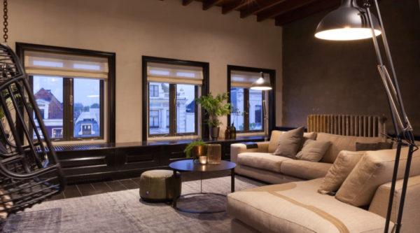 Woonkamerinspiratie interieurinspiratie woonkamer met houten vloer en hangstoelen